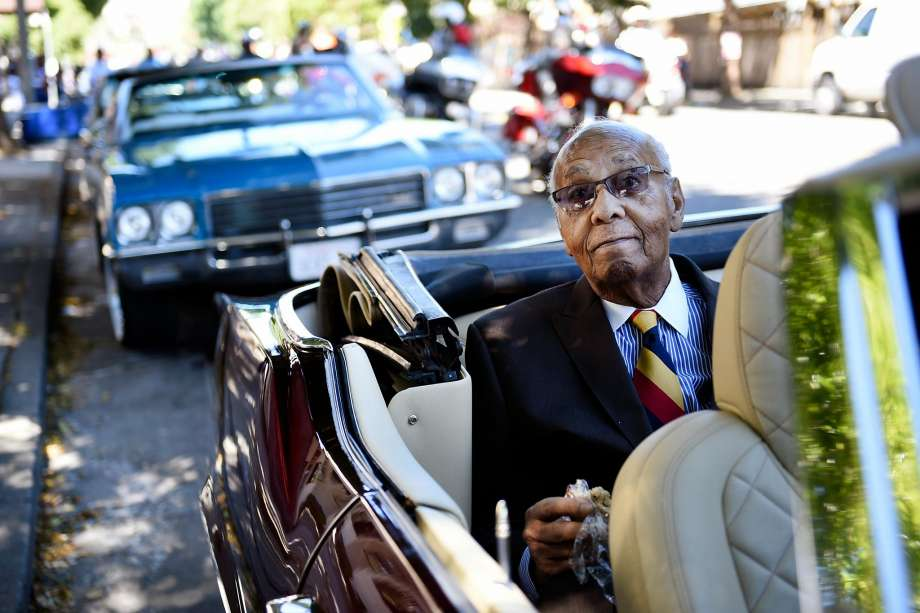FILE – Grand Marshall Earl Gage, SF's first black firefighter, waits for the start of the Juneteenth Celebration in the Fillmore District of San Francisco in this file photo from Saturday, June 18, 2016. Memorial services for Gage, who died at age 90, will be held on Monday. Photo: Michael Short, Special To The Chronicle