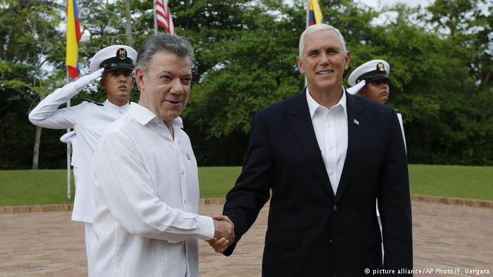 Vice President Mike Pence, right, is welcomed by Colombia's President Juan Manuel Santos at the presidential guesthouse in Cartagena, Colombia (picture alliance/AP Photo/F. Vergara)