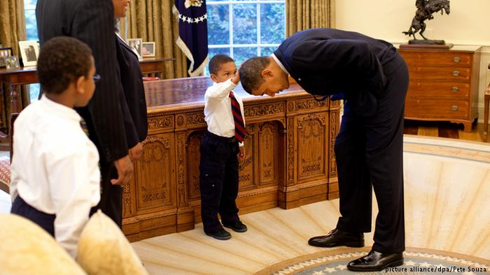 Little boy touches Obama head (picture alliance/dpa/Pete Souza)