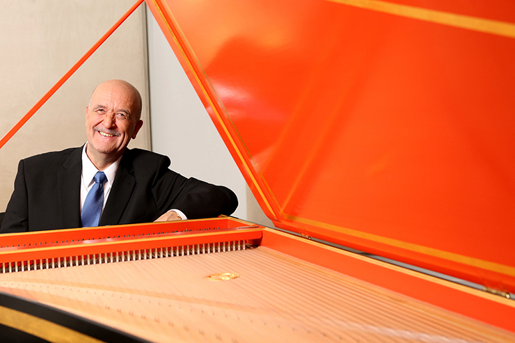 Jacques Ogg at the harpsichord.